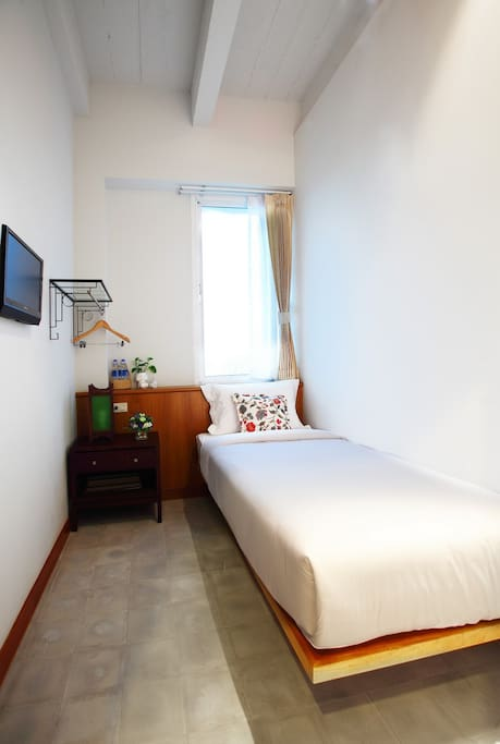 A single room with TV, table lamp, free coffee,snack, towel, soap, shampoo