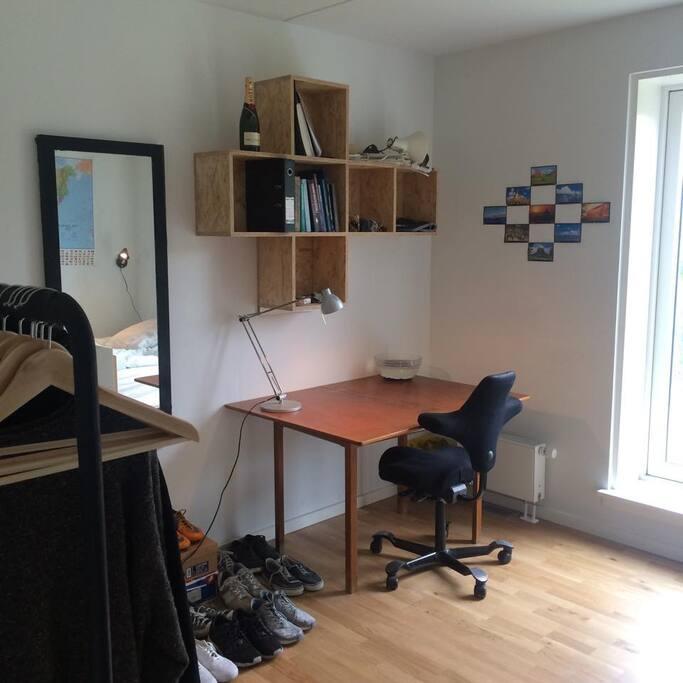 Skrivebord og spejl