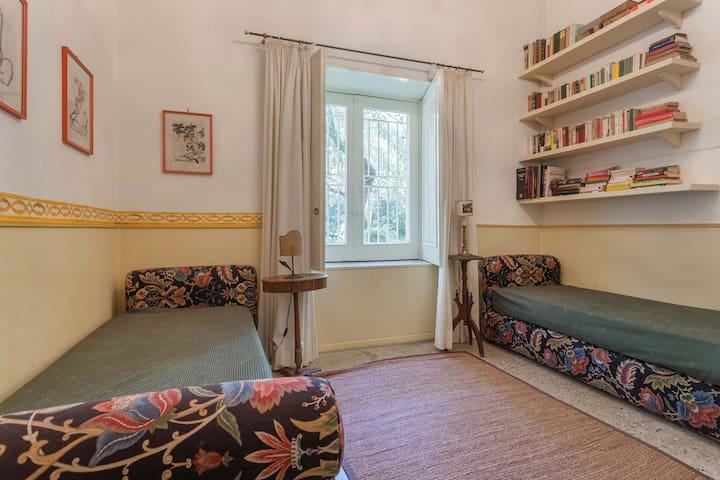 la camera da letto al piano terra