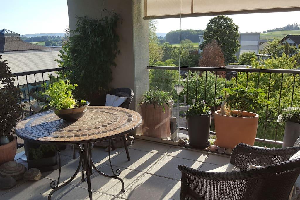 Terrasse mit Abendsonne und viel Weitsicht in die Apenwelt