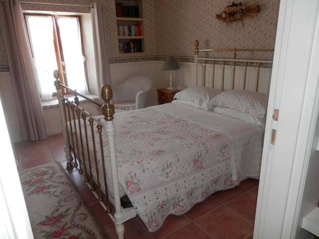 Pretty room with private bathroom - Salsigne - Bed & Breakfast