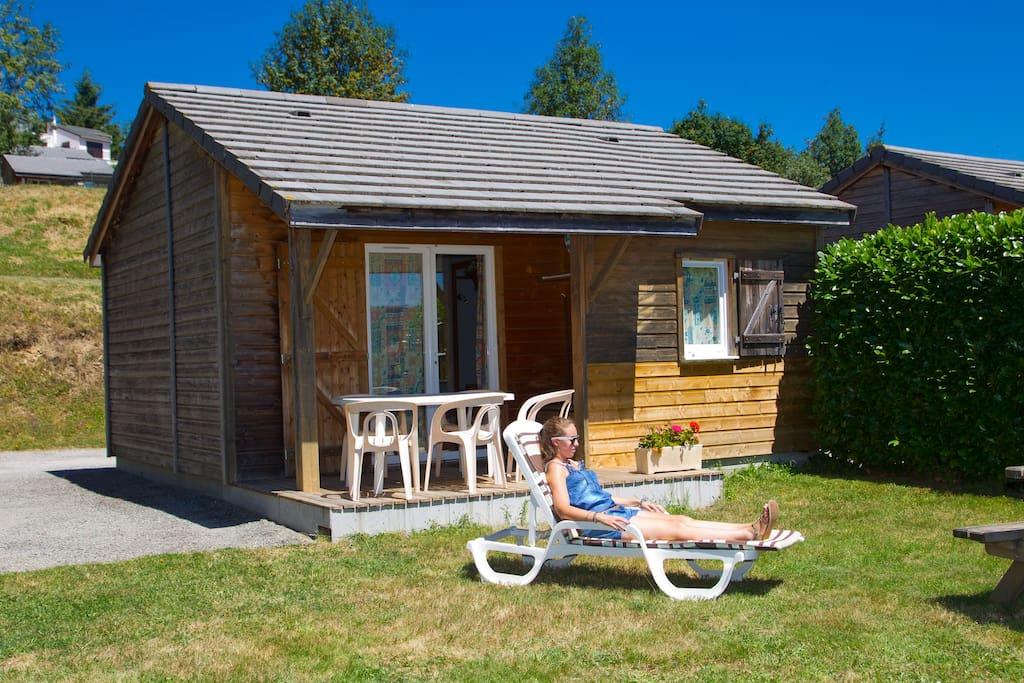 Terrasse avec barbecue, table de pique nique ombragée