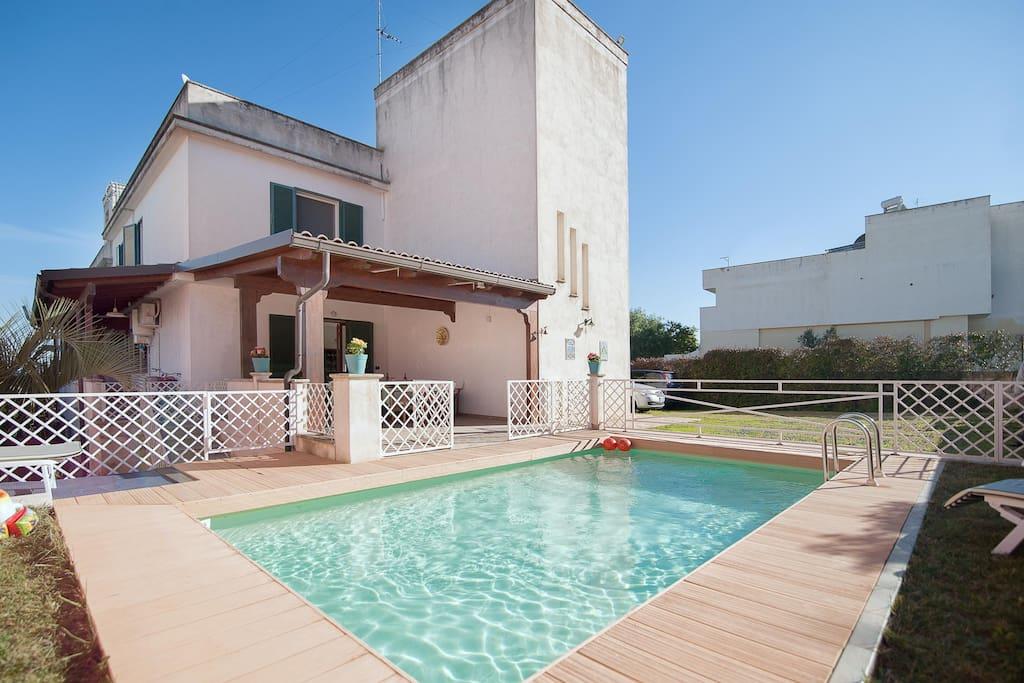 Ampia villa con piscina a galatone villas louer for Come costruire una villa