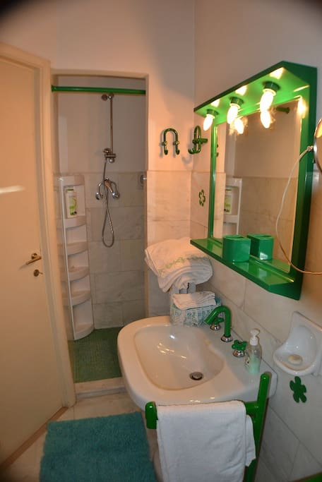 Un bagno con doccia
