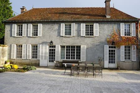 Belle demeure avec piscine chauffée - Clérey - House