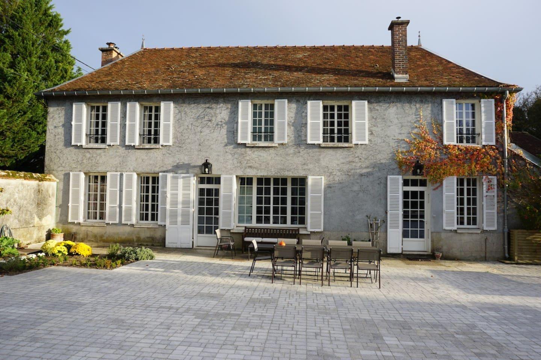 La maison ouvrant sur la cour pavée à la fois terrasse et espace détente pour les petits et grands