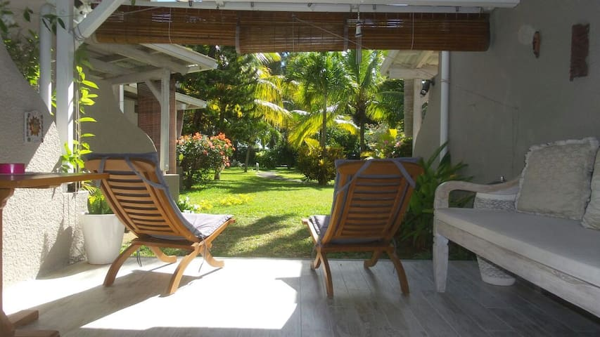 Charming villa at bain boeuf beach houses for rent in for Campement a louer avec piscine a flic en flac