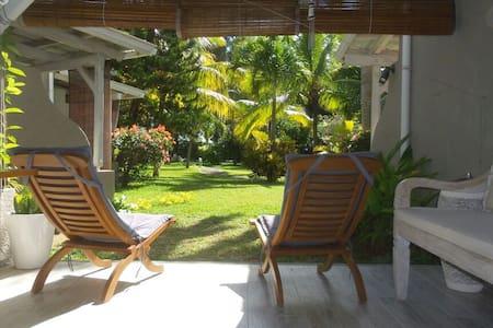 Airbnb top 20 des locations de vacances bain boeuf for Campement a louer a flic en flac avec piscine