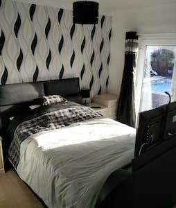 Recently Refurbished Bedroom & E/S - Appledore