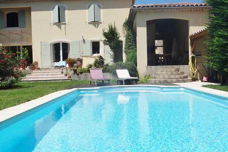 Chambre dans villa avec piscine - Orange