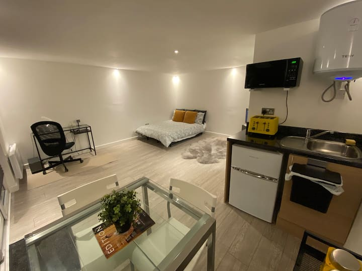 1 bed Studio Apartment with easy connect to London