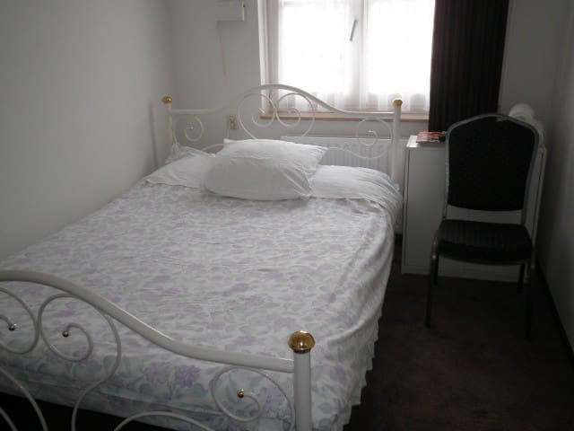 Kamer 2 met een tweepersoonsbed