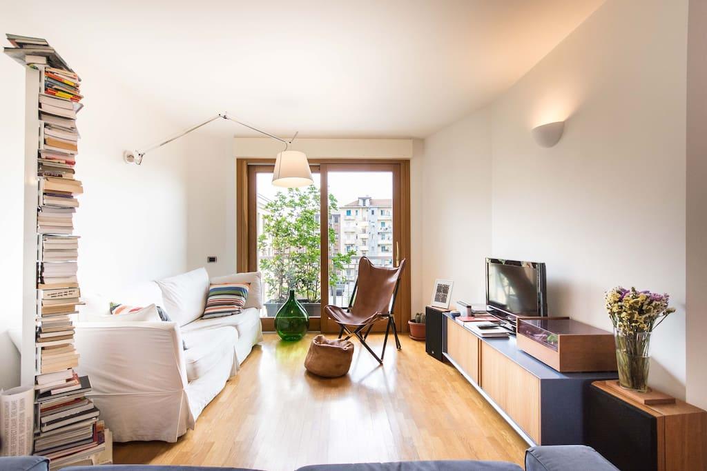 Lounge room: tv, lp reader and playstation