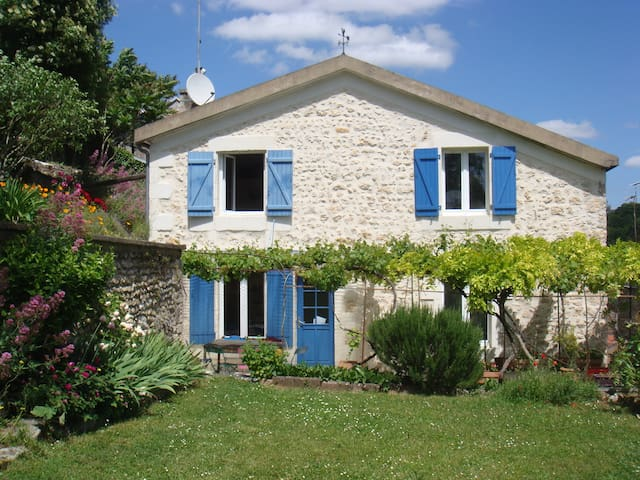 chambre bleue proche de la gare - Poitiers - Casa