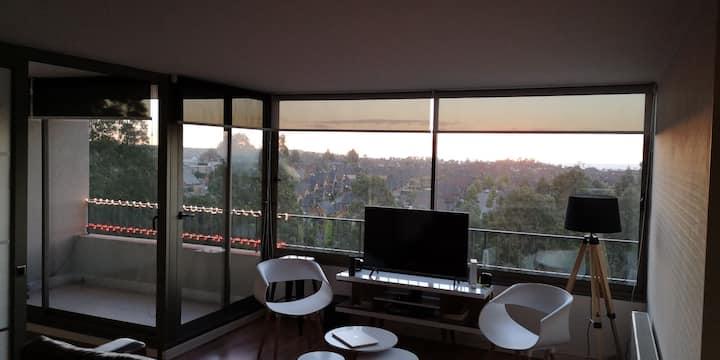 Apartamento con balcón, jardín y piscina.