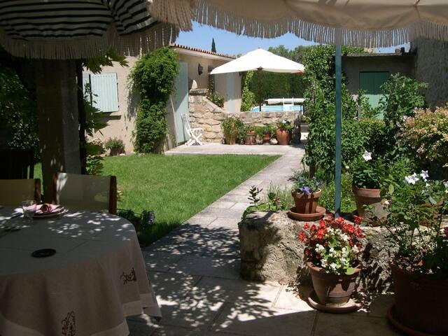 Joli mas de village avec piscine et jardin 1113 - Fontvieille - Casa
