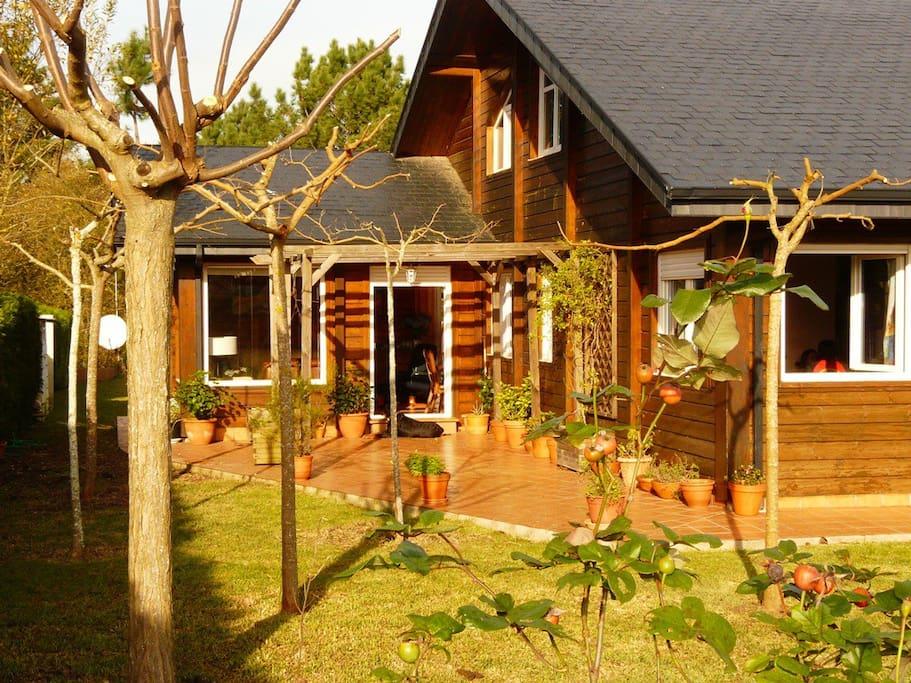 Preciosa y acogedora casa de madera en el campo villas - Casa de madera galicia ...