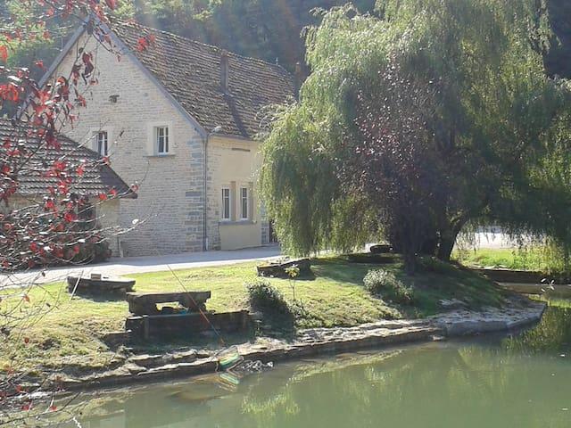 Ancien moulin dans parc avec étang - Neuvelle-lès-Cromary
