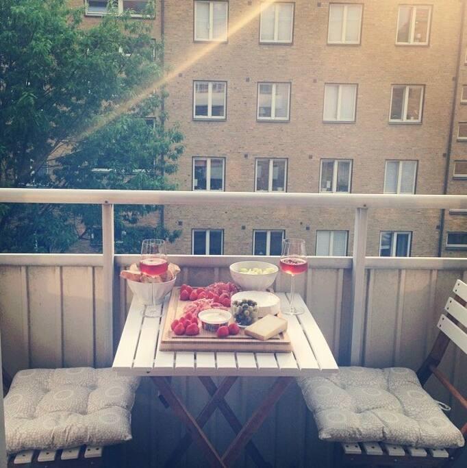 Mysig balkong med kvällssol