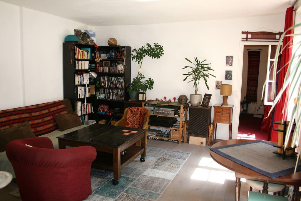 Un grand salon clair et spacieux