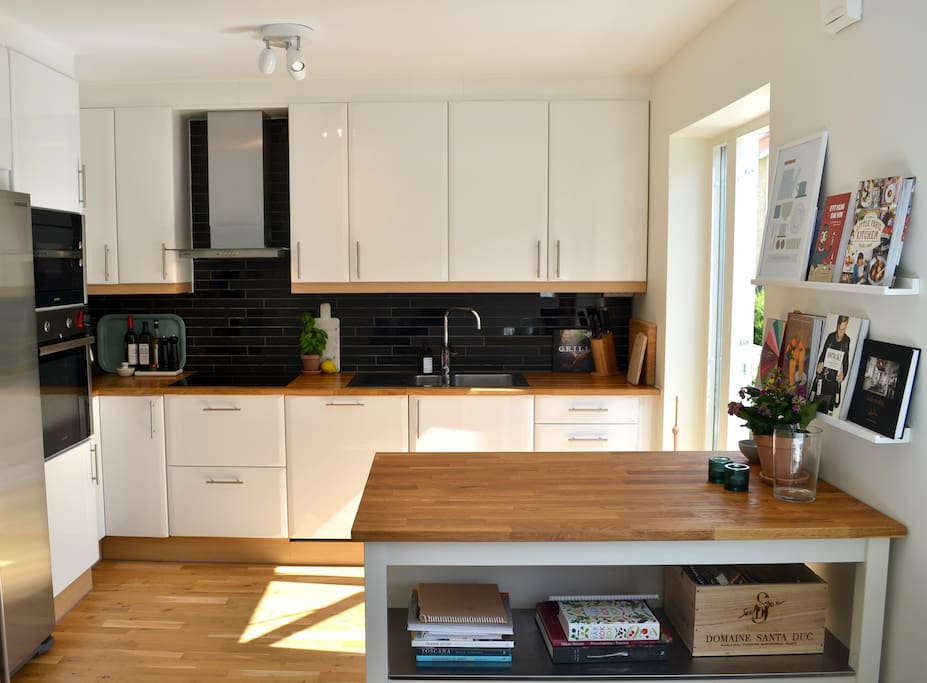 Kitchen: newly renovated with dishwasher, induction cooktop, convection oven, microwave, fridge and freezer.