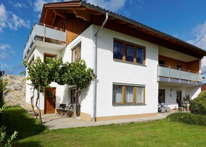 Ferienhaus zur Weinlaube (Thurmansbang), Ferienwohnung Sonnenblume (85qm) im EG mit überdachter Terrasse