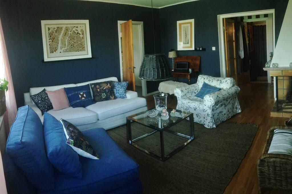 Härligt häng i vardagsrum med havsutsikt