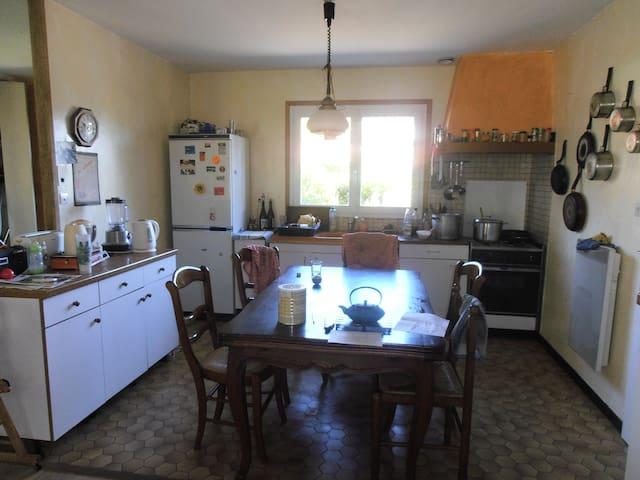 Chambres dans maison avec jardin - Brignais - House