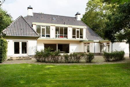 Villa with beautiful garden - Utrecht