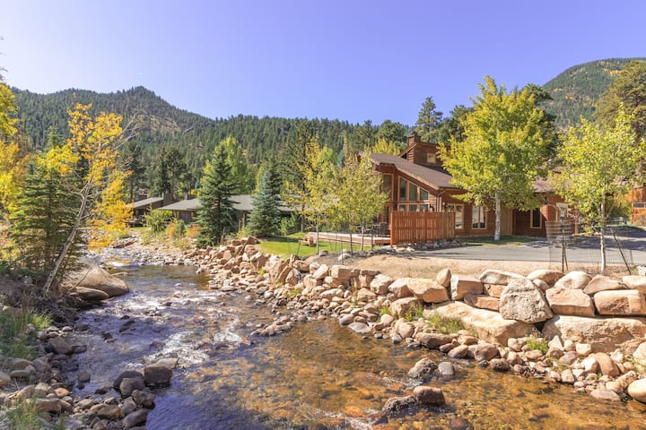 Condo on the River, Private Yard, Mountain Views