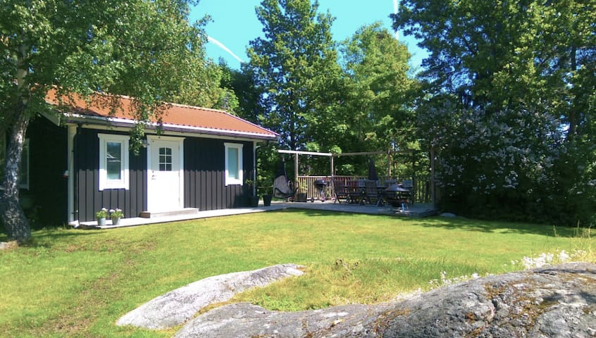 Your own guest house with a big sunny patio - Saltsjö-Boo - Guesthouse