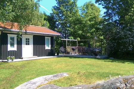 Your own guest house with a big sunny patio - Saltsjö-Boo - Chalet