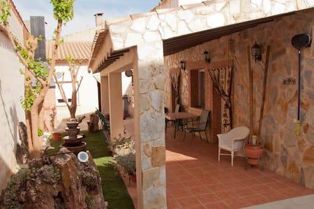 Casa,  jardín y piscina (la Mancha) - Santa María del Campo Rus