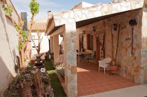 Casa,  jardín y piscina (la Mancha)