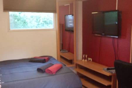 3 private bedrooms with big garden! - Bungalow