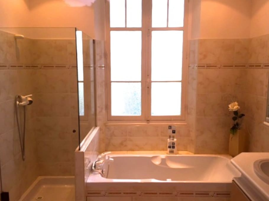 Your clean bathroom en suite