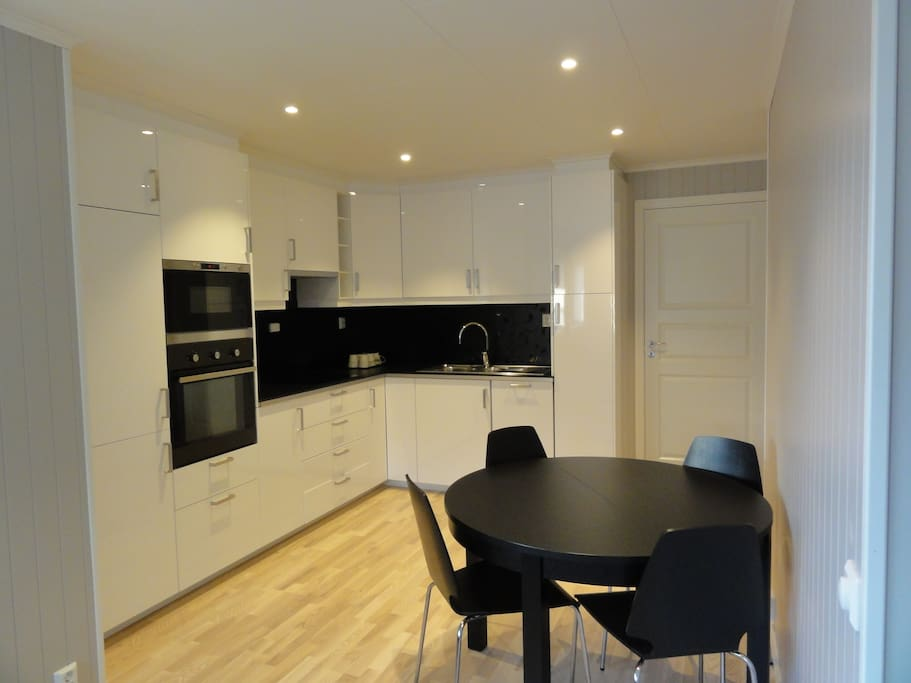 Kjøkken med spiseplass (bord kan utvides til 6)/Kitchen with table for 4 (possible to expand to 6)