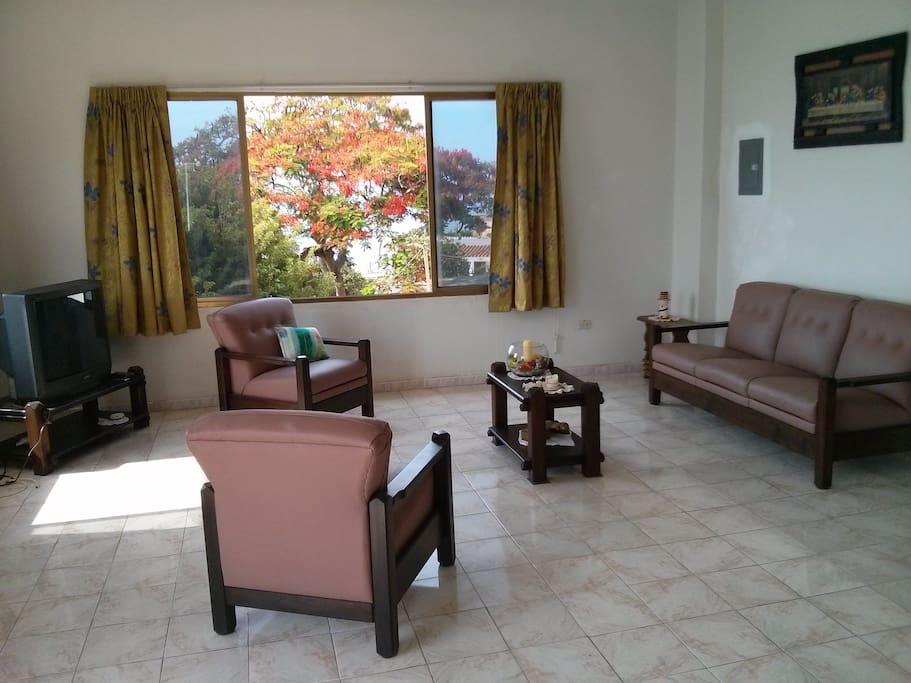 Spacious and comfortable room. Sala amplia y confortable.