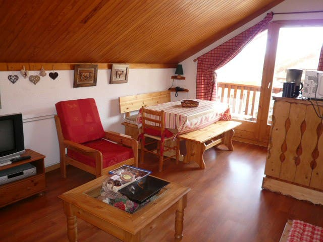 Pleasant ski in/ ski out  3 rooms apartment 6 persons in Meribel center close to the  shops,  restaurants and bars