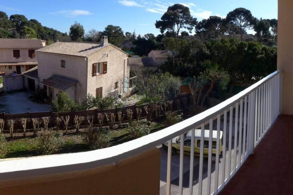 Un balcon avec très peu de vis-à-vis