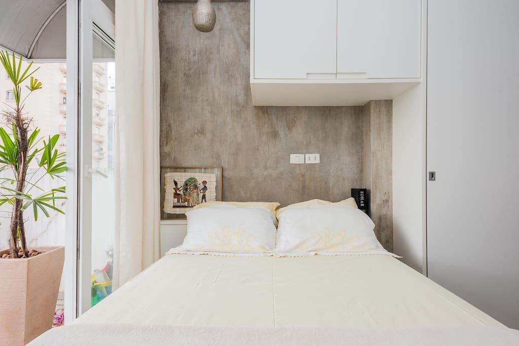 Cama de casal, colchão bom. Roupas de cama e toalhas de banho serão fornecidas para o teu conforto.