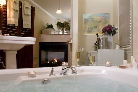 Luxury King Suite Jacuzzi Fireplace - Oak Park - Bed & Breakfast