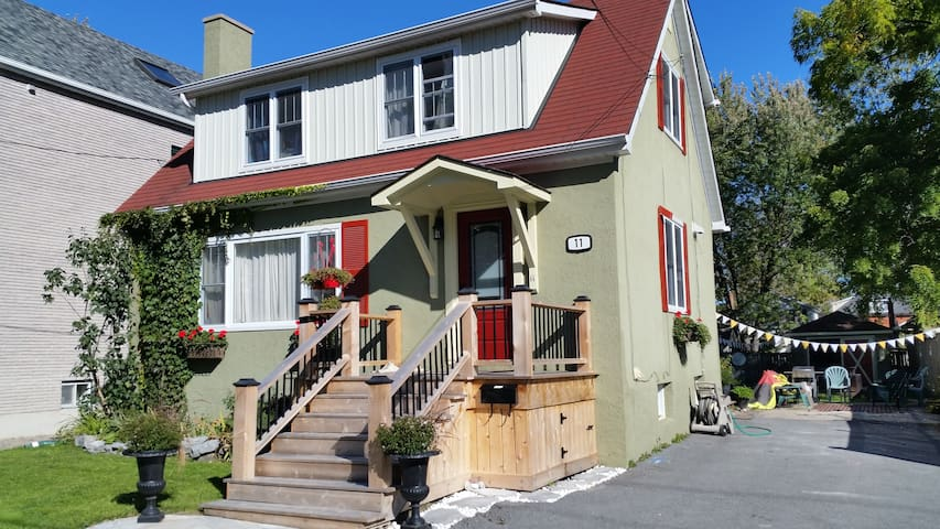 Beautiful Cozy Renovated Room, Bath & Kitchenette - Kingston