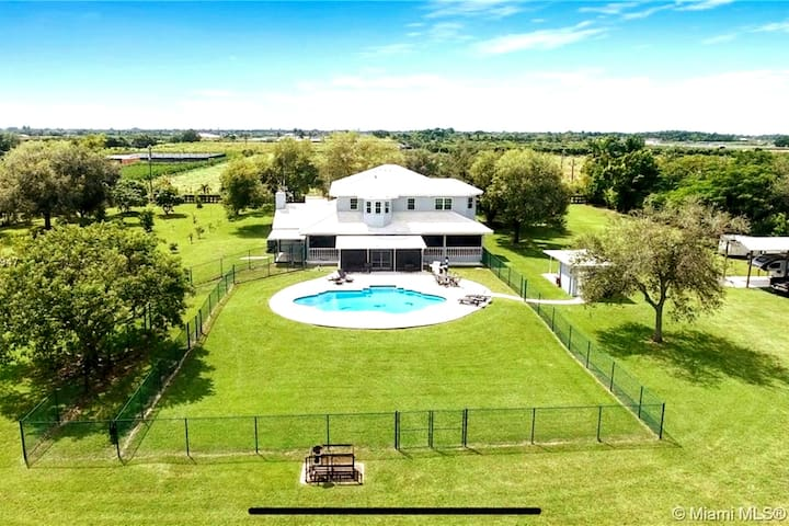 Floridian Estate on a Tropical Farm setting