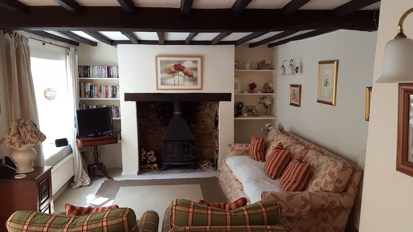 Charming 18th c Cotswolds Cottage - Middle Barton
