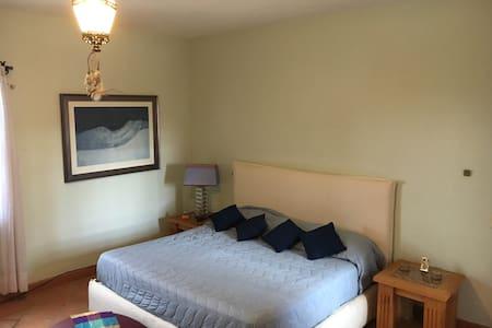 Master bedroom in huge Artist house - Huis