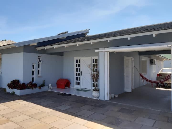 Excelente casa 4 quartos, piscina, 3 quadras mar
