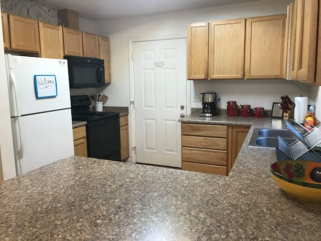 Canby Cutie | Updated Kitchen - 30+ Day Stay