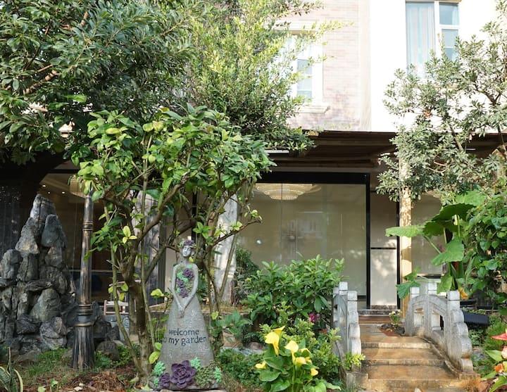 蓝湖之恋花园别墅130平米三房一厅三卫套房B2花园大厅可喝酒、聚餐、烧烤、打台球、玩桌游、做饭等