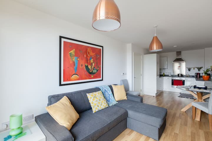 New, quiet&bright 1 bed flat on the central line